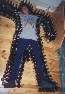 Garrafas de cerveja ao redor de bêbado caído no chão